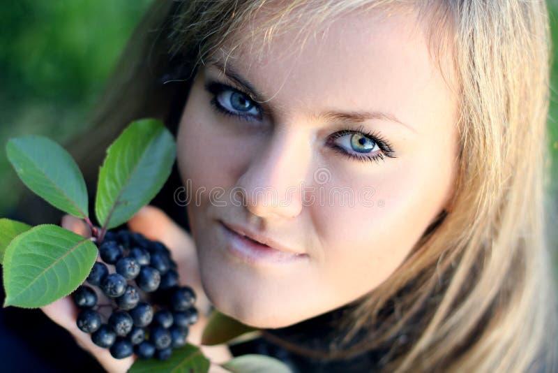 Donna da una bacca. fotografia stock