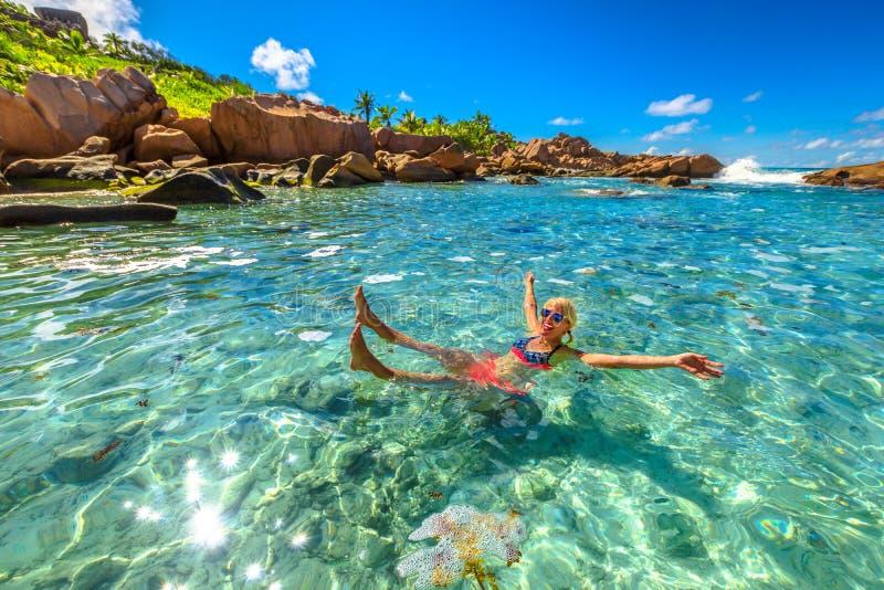 Donna da una piscina fotografia stock libera da diritti
