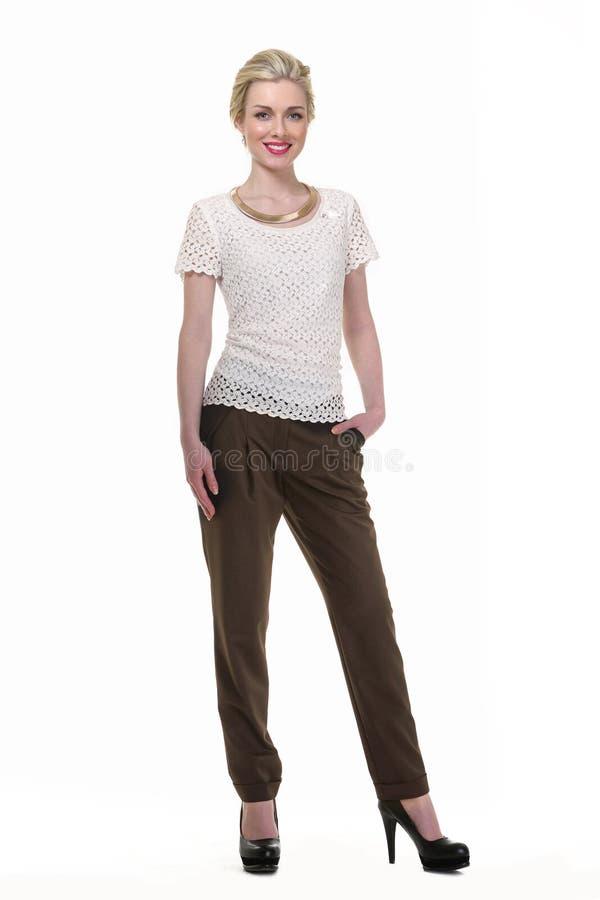 Donna dai capelli bionda di affari in blusa bianca di estate e pantaloni neri fotografie stock