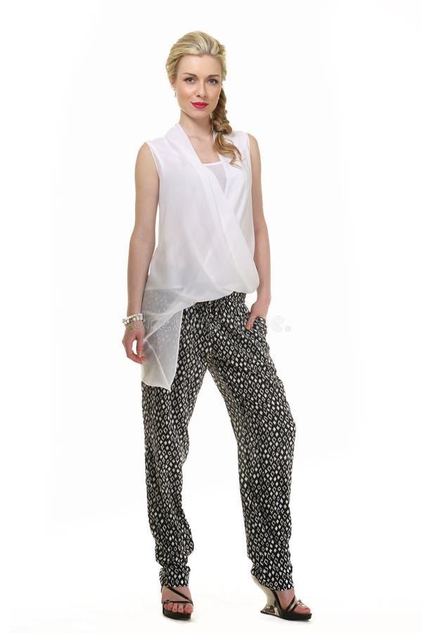 Donna dai capelli bionda di affari nella blusa bianca di estate e nel tourser nero fotografia stock