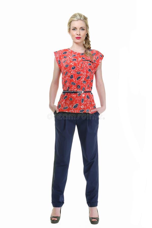 Donna dai capelli bionda di affari nella blusa floreale di estate e nel tourser nero fotografia stock libera da diritti