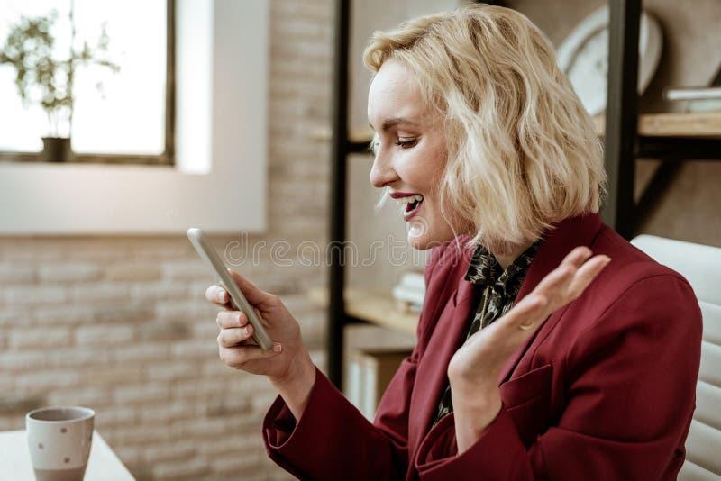 Donna dai capelli corti positiva divertente che spande le sue mani immagini stock libere da diritti