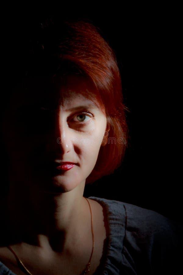 donna dai capelli di colore rosso del ritratto immagine stock