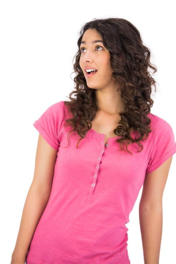 Donna dai capelli marrone sorpresa che posa cercare immagini stock libere da diritti