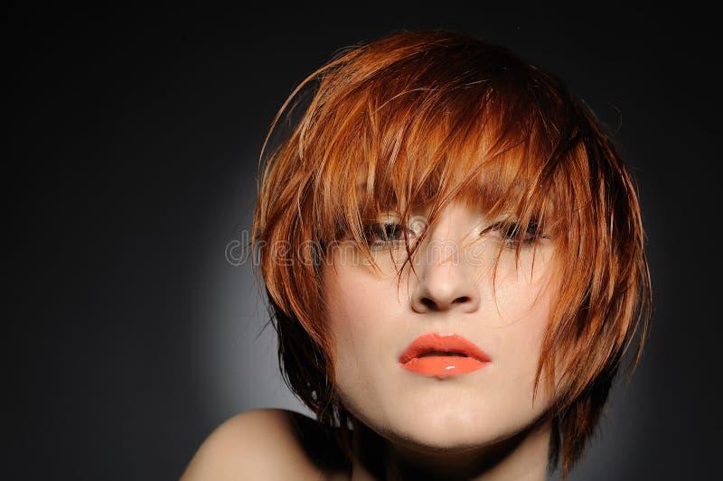Donna dai capelli rossa con l'acconciatura di modo fotografie stock libere da diritti