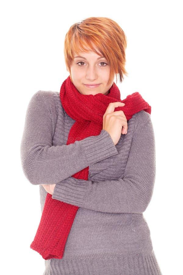 donna dai capelli rossa con la sciarpa un giorno di inverno fotografie stock libere da diritti