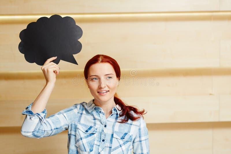 Donna dai capelli rossi con il segno del fumetto immagini stock