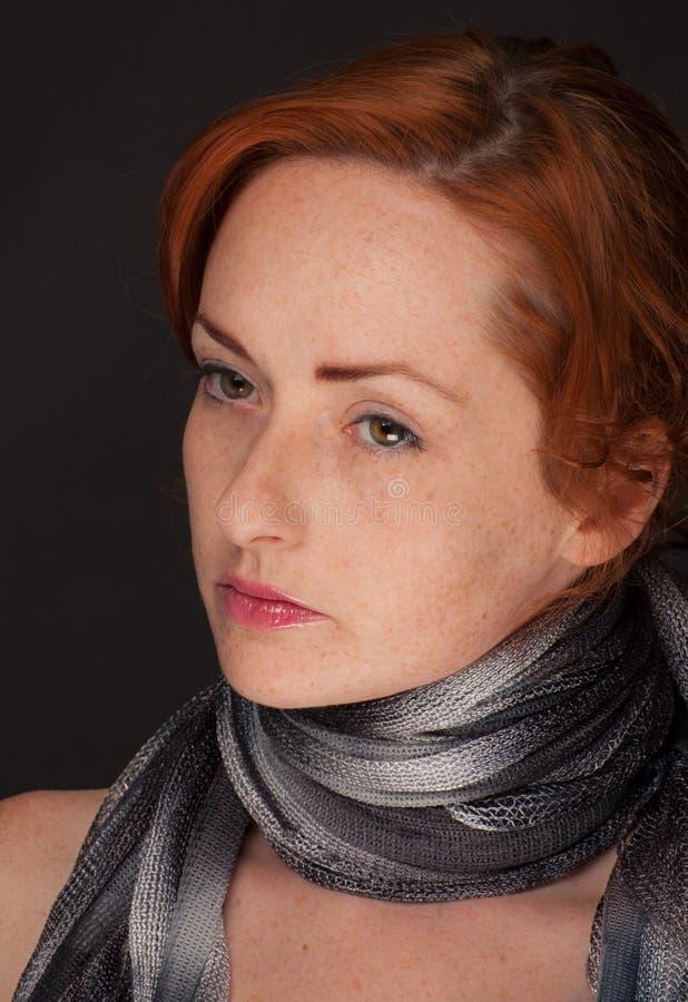 Donna dai capelli rossi in sciarpa immagine stock libera da diritti
