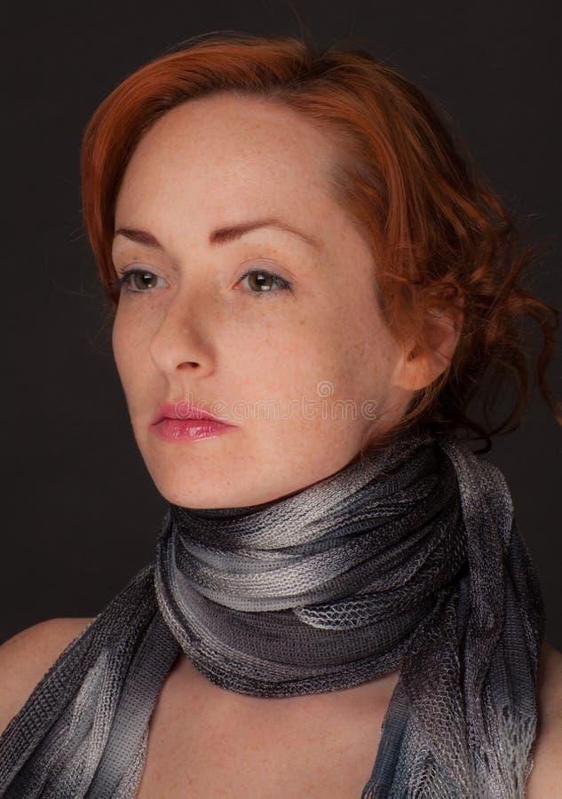 Donna dai capelli rossi in sciarpa immagine stock
