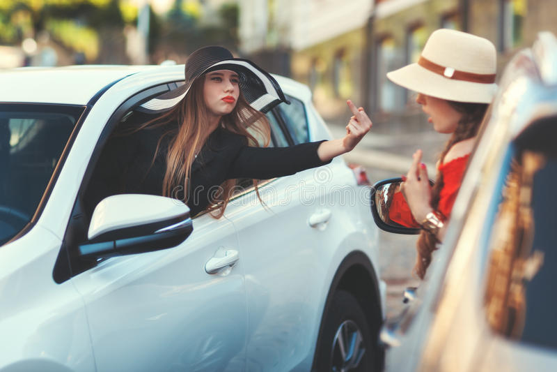 Donna dal gesto indecente di manifestazioni di automobile fotografie stock libere da diritti