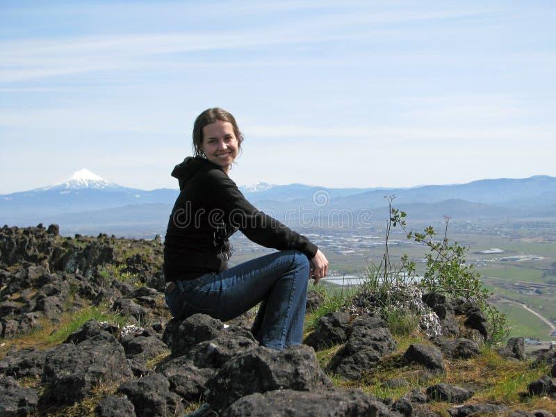 Donna dal lato della montagna fotografia stock libera da diritti