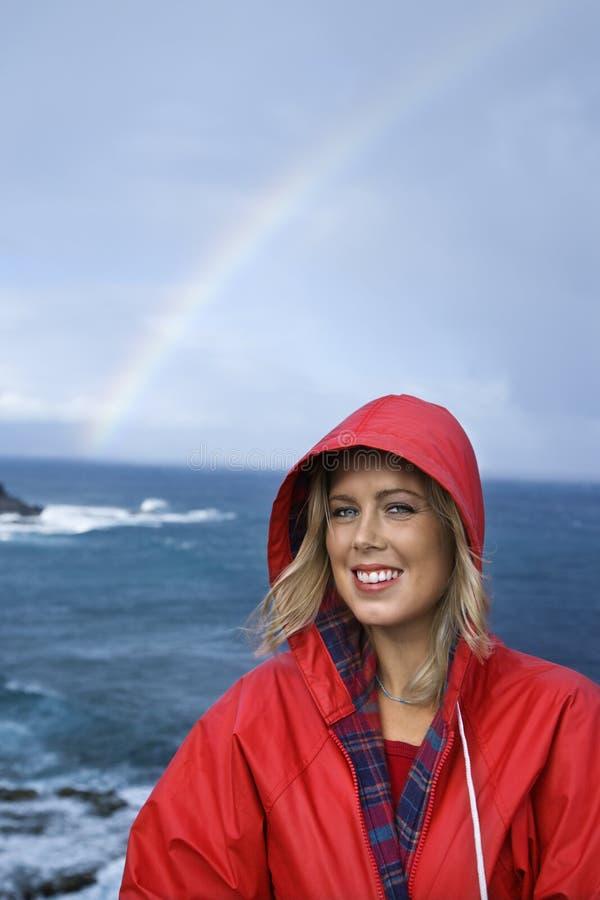 Donna dall'oceano e Rainbow in Maui, Hawai. immagini stock libere da diritti