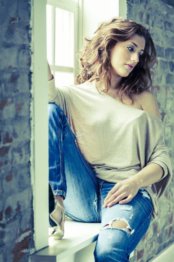 Donna Dalla Finestra Immagine Stock