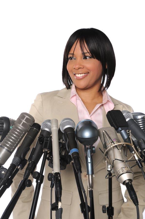 Donna davanti ai microfoni fotografie stock libere da diritti