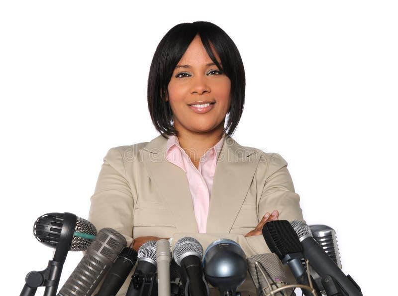 Donna davanti ai microfoni fotografie stock