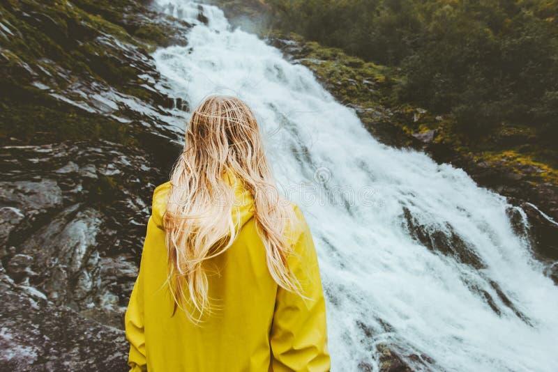 Donna dei capelli biondi che gode del paesaggio della cascata immagine stock libera da diritti