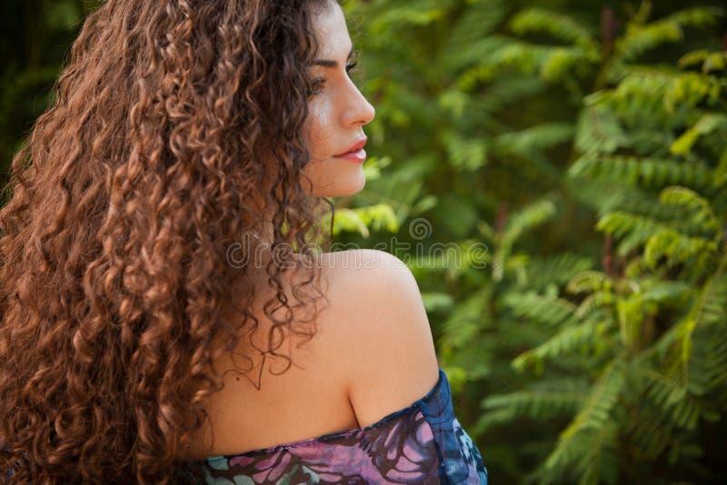 Donna dei capelli ricci fotografie stock