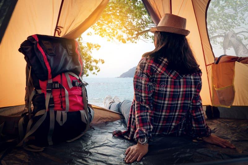 Donna dei pantaloni a vita bassa che riposa nel picnic della tenda in vacanza immagini stock