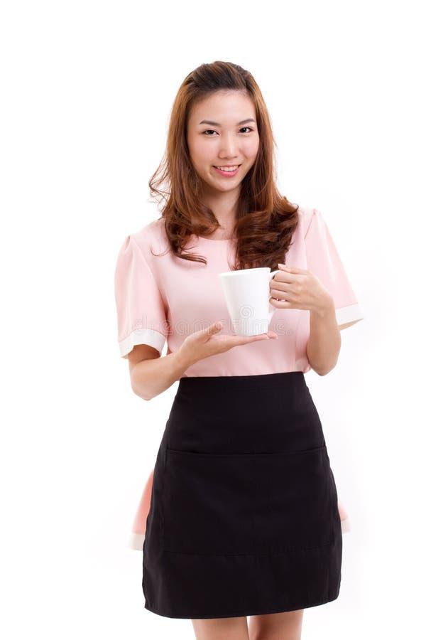 Donna del barista o di barista con la tazza di caffè della tenuta del grembiule immagine stock
