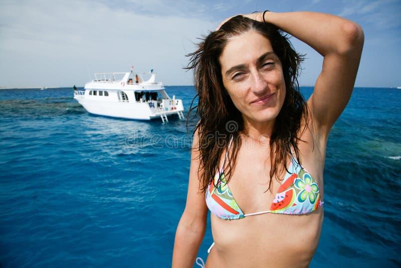Donna del bikini sullo sguardo della barca fotografia stock libera da diritti