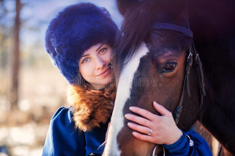 Donna del boiardo sul cavallo fotografie stock