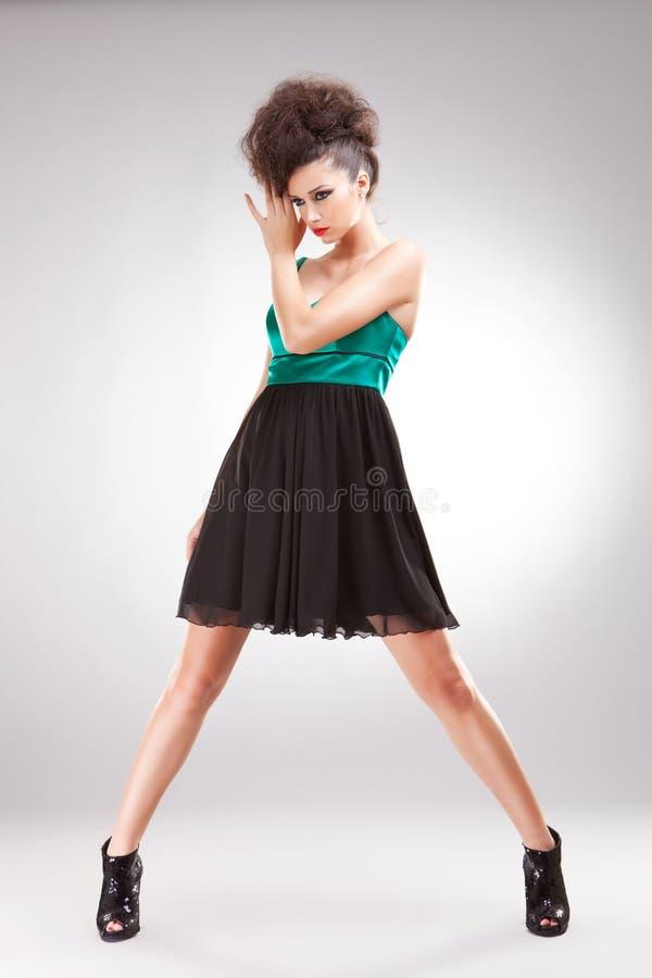 Donna del Brunette in vestito elegante fotografia stock