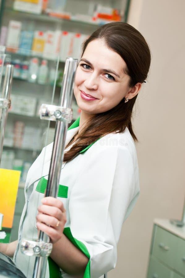 Donna del chimico della farmacia in farmacia fotografie stock