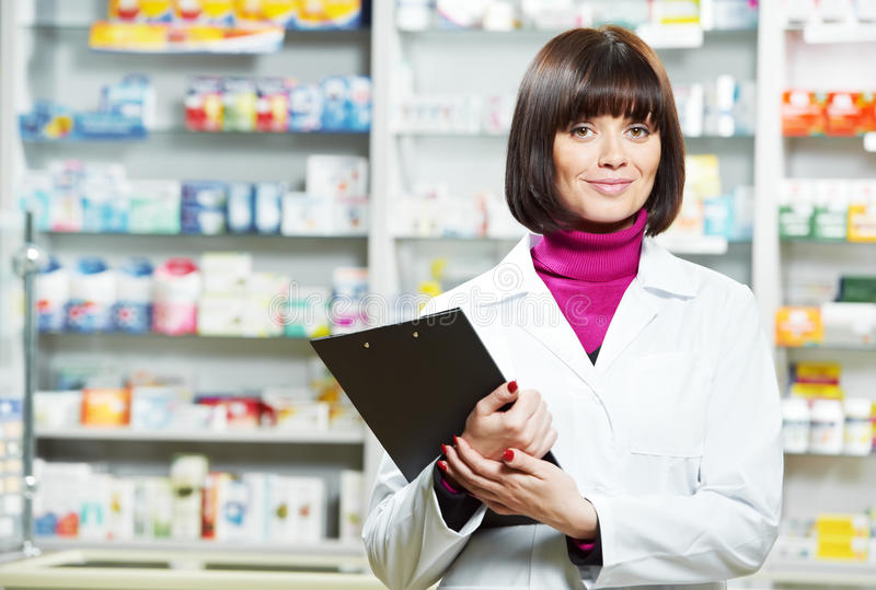 Donna del chimico della farmacia in farmacia immagine stock
