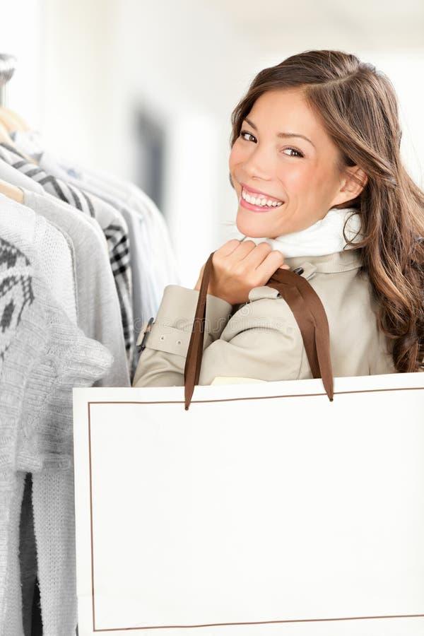 Donna del cliente che mostra il sacchetto di acquisto fotografie stock libere da diritti
