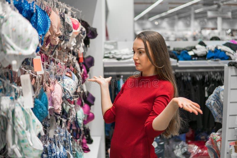 Donna del cliente che sceglie la biancheria intima della biancheria nel centro commerciale del supermercato immagini stock