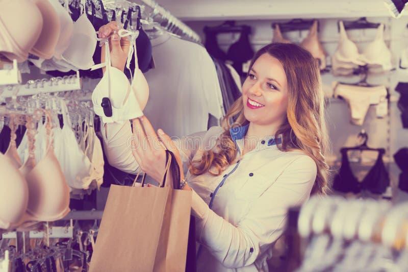 Donna del cliente nel negozio della biancheria fotografie stock libere da diritti
