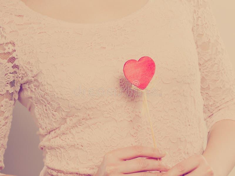 Donna del corpo della parte con poco cuore rosso fotografia stock libera da diritti