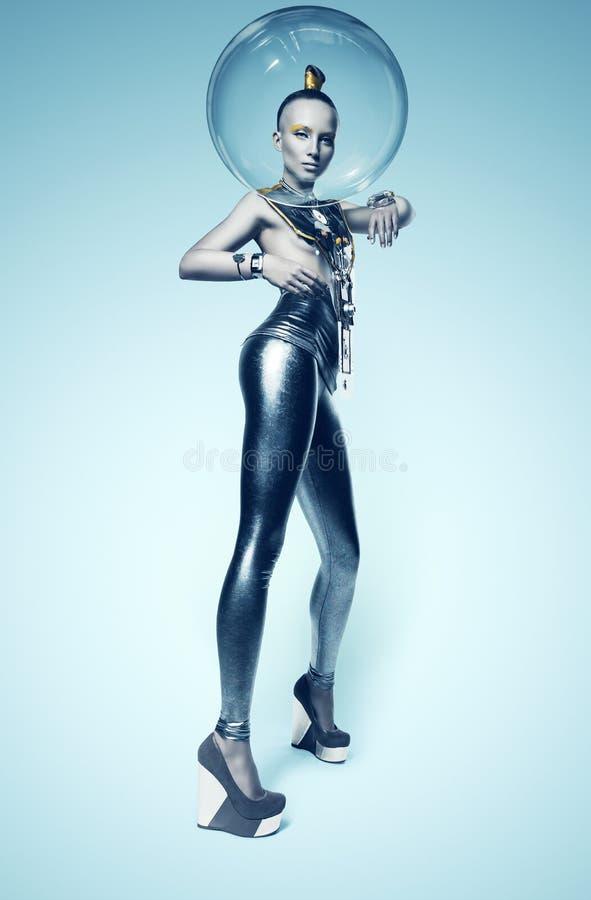 Donna del cyborg nel casco di vetro e della tuta spaziale sulla testa fotografia stock libera da diritti