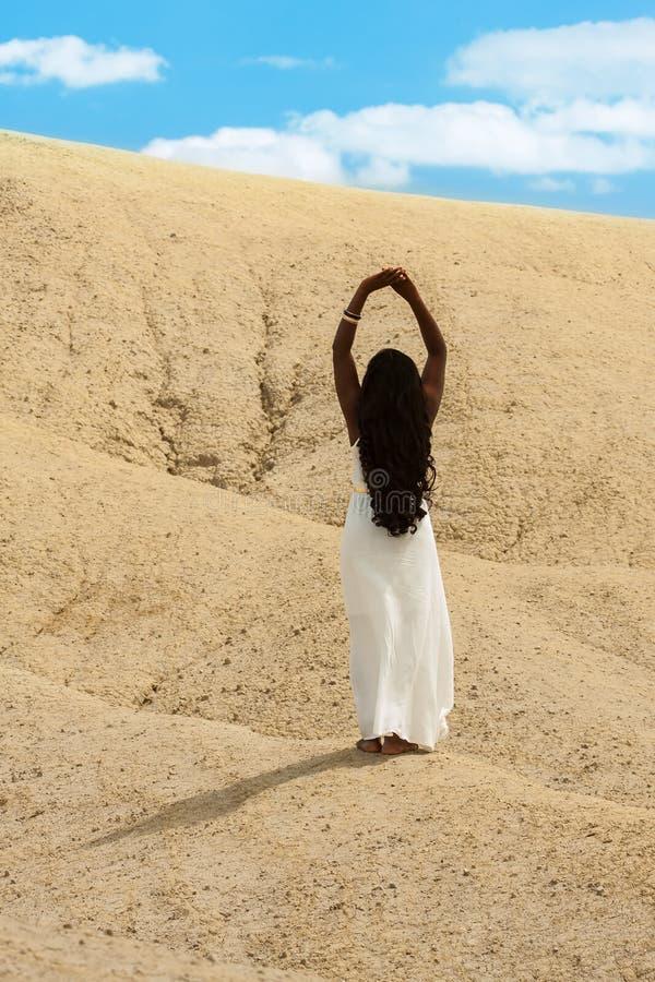 Donna del deserto che raggiunge per il cielo fotografia stock libera da diritti