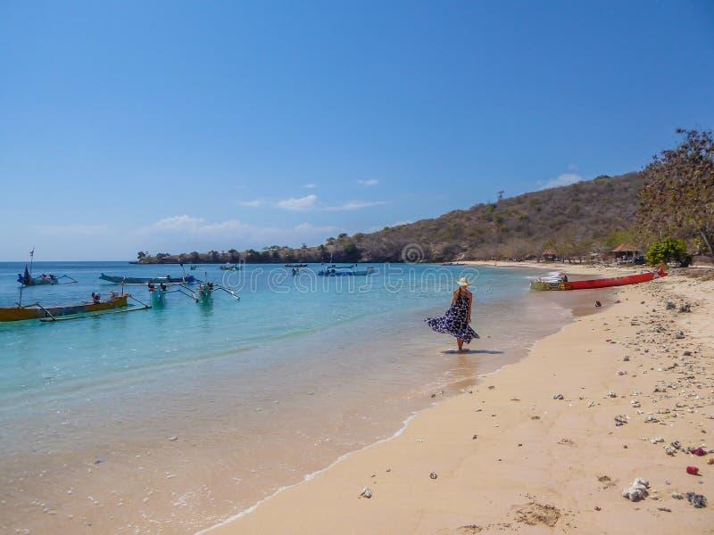 Donna del _di Lombok che wlaking sulla spiaggia immagine stock libera da diritti