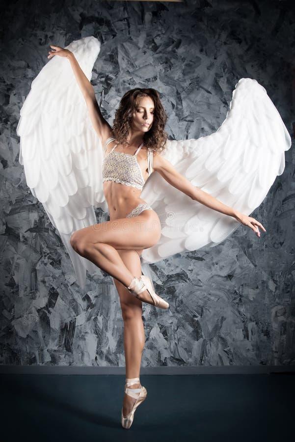 Donna del dncer di balletto nel ruolo dell'angelo bianco artistico fotografia stock libera da diritti