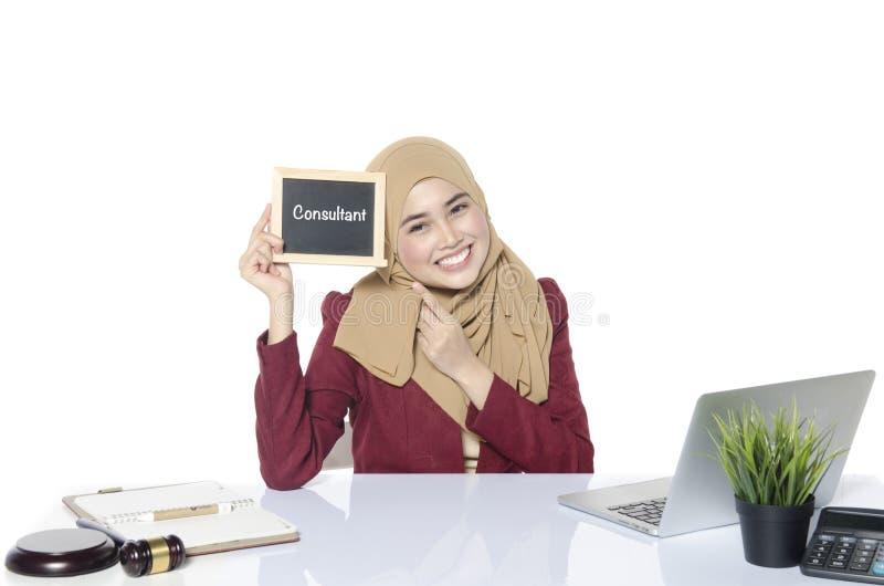 donna del fronte di sorriso che guarda lavagna con la parola CONSULENTE fotografia stock libera da diritti