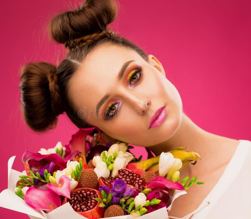 Donna del fronte, mazzo della frutta, rosa fotografie stock
