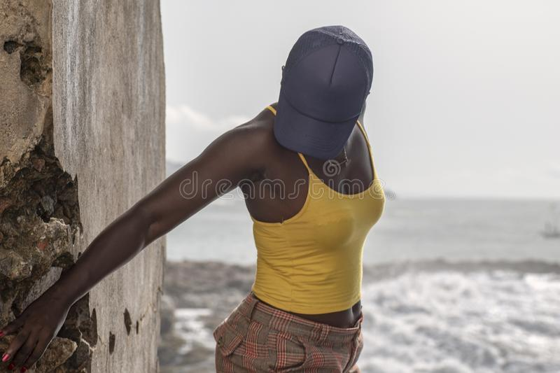 Donna del Ghana nella costa del capo immagini stock libere da diritti