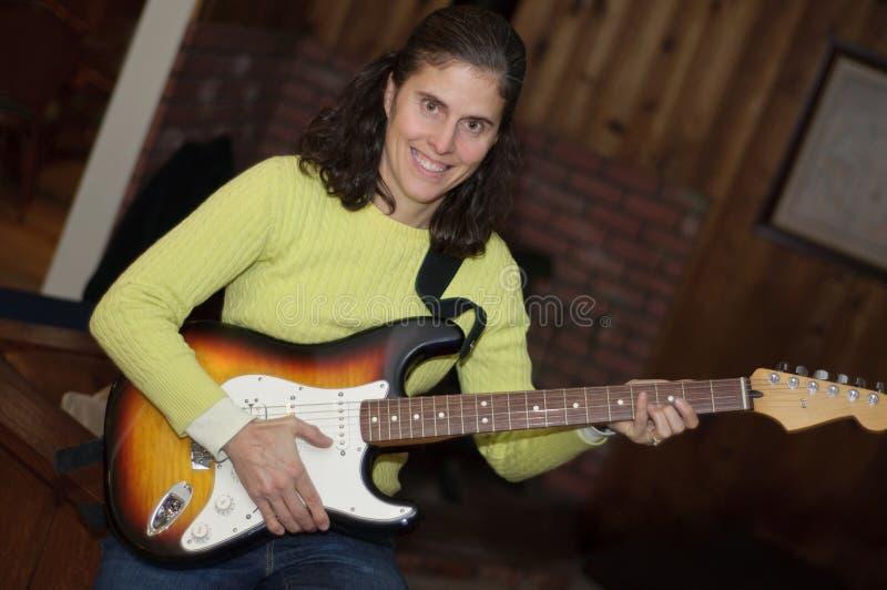 donna del giocatore di chitarra elettrica immagine stock