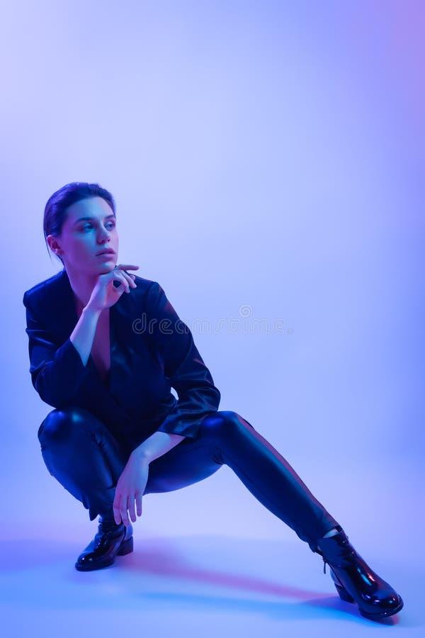 Donna del guerriero nel ligh al neon blu di rosa fotografia stock libera da diritti
