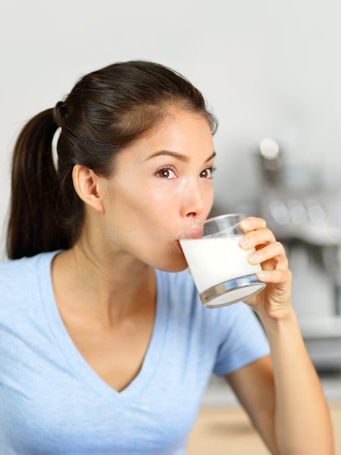 Donna del latte della mandorla che beve bevanda senza lattosio immagini stock