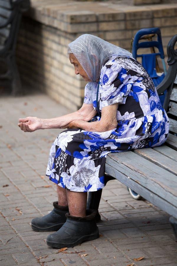 Donna del mendicante. Kiev, Ucraina. fotografia stock libera da diritti