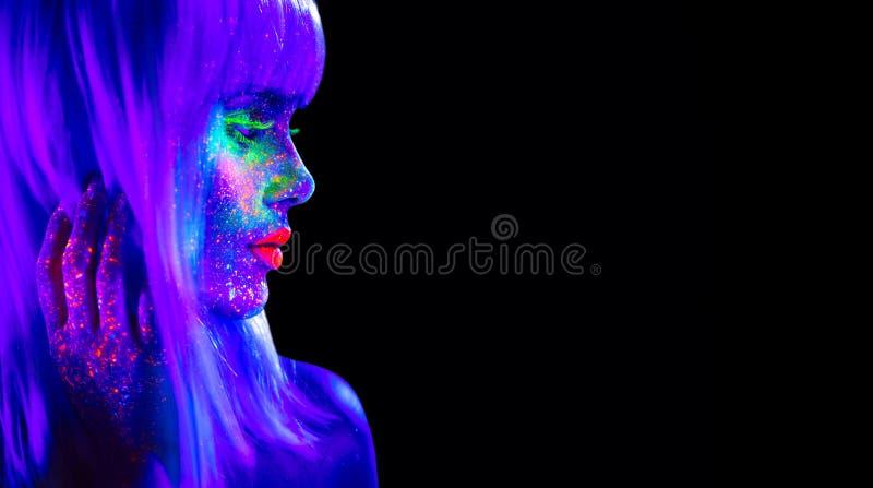 Donna del modello di moda alla luce al neon Bella ragazza di modello con trucco fluorescente luminoso variopinto isolata sul nero immagine stock