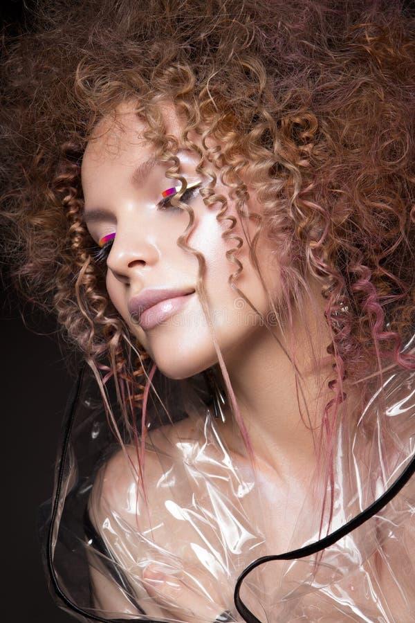 Donna del modello di modo Ritratto di bella ragazza facile con trucco d'avanguardia, taglio di capelli fotografia stock