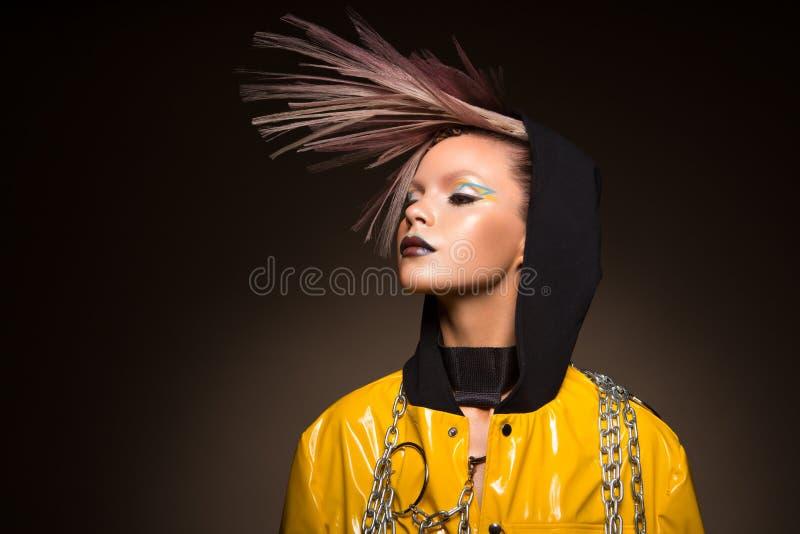 Donna del modello di modo Ritratto di bella ragazza facile con trucco d'avanguardia, taglio di capelli fotografie stock libere da diritti