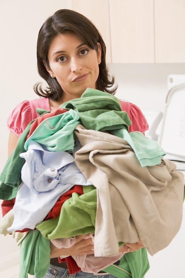 donna del mucchio della lavanderia della holding fotografia stock