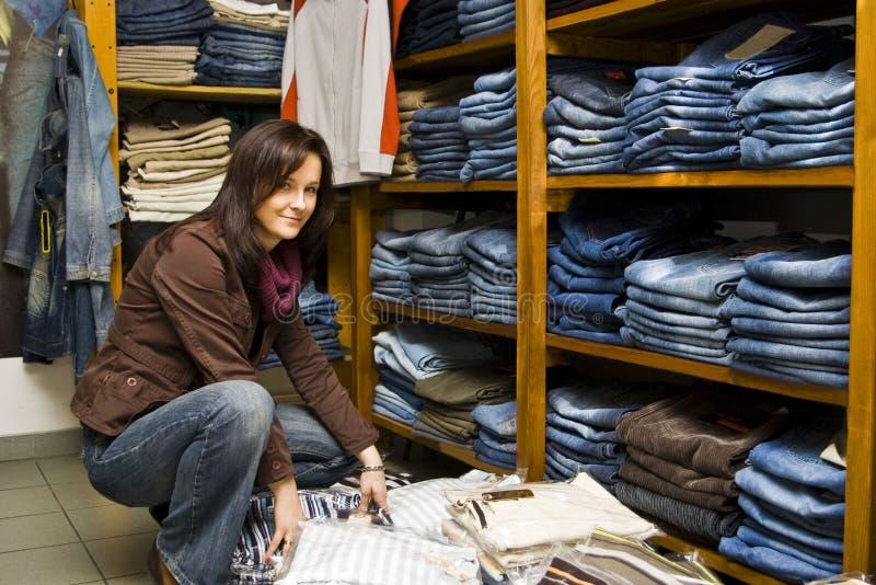 Donna del negozio dei jeans fotografia stock libera da diritti