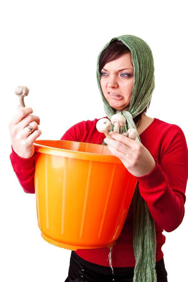 Donna del paese con i funghi commestibili fotografia stock libera da diritti