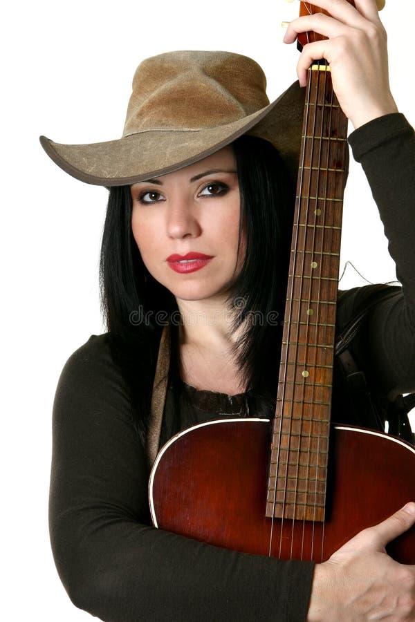Donna del paese con la chitarra acustica fotografia stock libera da diritti